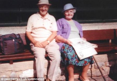 รัลฟ์ ทาร์แรนท์ ทวดวัย 107 ปี และภรรยา ฟิลลิส วัย 101 ปี ถือเป็น  คู่แต่งงานอายุมากที่สุดในโลก